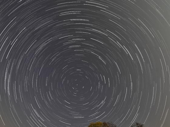 Sternenspuren über der Kreuzkapelle